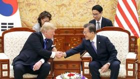2017年11月,在青瓦台,文在寅(左)和特朗普舉行會談。(圖源:韓聯社)