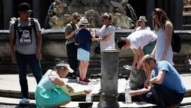 遊客在公共噴泉中喝水以解暑氣。(圖源:AFP)