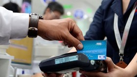 為了促進非現金支付,各家銀行已迅速加入並為客戶提供多項實用措施。(示意圖源:互聯網)