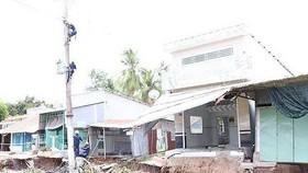 4月底時芹苴市烏門河岸發生土地坍塌,多間房屋已沉入河中。