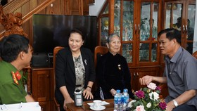 國會主席阮氏金銀(左二)探訪並向越南英雄母親阮氏處贈送禮物。(圖源:何媚)