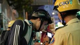 交警檢測司機的酒精濃度。