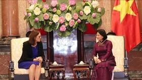 國家副主席鄧氏玉盛(右)接見歐盟貿易事務執委塞西莉亞‧馬爾姆斯特倫。(圖源:越通社)