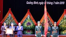 政府常務副總理張和平(左三)代表黨和國家領導向廣平省黨部、政府及人民授予一等獨立勳章。(圖源:越通社)