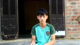 在救人後,陳文南失神地坐在屋簷下。