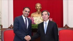 中央經濟部長阮文平(右)接見亞洲開發銀行(ADB)副主席阿赫麥德‧賽義德。(圖源:越通社)