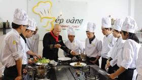 烹飪講師給學員做烹調操作示範。(圖源:互聯網)