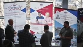 圖為美國求職者在觀看招聘資料。(圖源:AP)