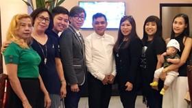 越華文藝工作者與莫旭秋(左四)聚餐時留影。