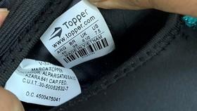 """運動鞋貼上""""Topper""""字樣,鞋底的白色印花印有""""越南製造""""字樣。(圖源:太平)"""