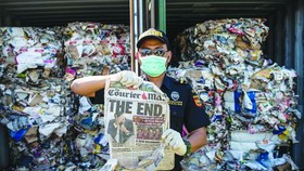 海關官員在檢查來自澳大利亞的進口垃圾。(圖源:互聯網)