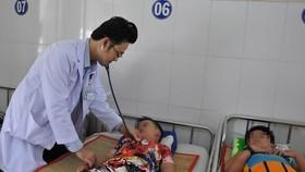 市第一兒童醫院醫生在為住院病童看診。(圖源:維姓)
