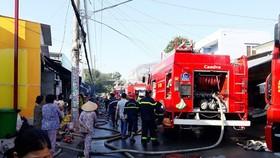 消防隊聞訊後趕抵現場展開滅火和營救行動。(圖源:州鄭)
