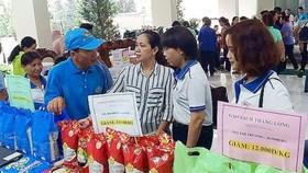 女工人在選購質量優良、價格合理的產品。(圖源:寶玉)