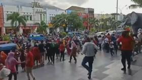 印尼北馬魯古省哈馬黑拉島(Halmahera)南部14日發生里氏7.2級地震,強烈搖晃讓民眾驚慌不已,有民眾拍到,購物中心裡民眾爭先恐後衝到戶外避難。(圖源:互聯網)