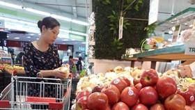 消費者在超市選購水果。