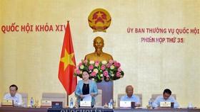 國會主席阮氏金銀(左二)在國會常務委員會第三十五次會議開幕式上致詞。(圖源:Quochoi.vn)