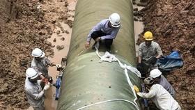 工人在克服沱江潔淨水管滲漏事故。(圖源:嘉政)