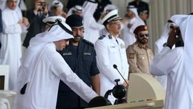 卡塔爾首相兼內政部長阿卜杜拉(左)主持海軍基地的啟用儀式。(圖源:AFP)