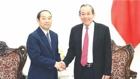 政府常務副總理張和平(右)接見老撾最高人民法院院長坎帕‧森達拉。(圖源:VGP)