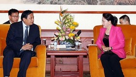 國會主席阮氏金銀(右)接見江西國際經濟技術合作集團董事長徐建國。