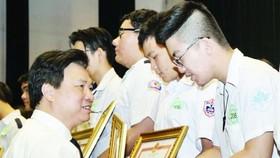 教育與培訓部副部長阮友度向優秀生頒發獎狀。(圖源:互聯網)
