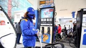 自昨(17)日下午5時起,E5 RON 92汽油零售價每公升上調626元;RON 95-III汽油每公升上調718元。(示意圖源:寡沙)