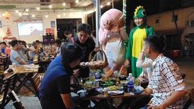 年輕人們在范文同街上的食肆扮演吉祥物和出售糖果。