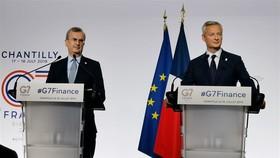法國財政部長布魯諾‧勒梅爾(右)與法國央行行長維勒魯瓦在G7財長會閉幕後出席記者會。(圖源:新華社)