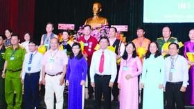 市及郡領導與獲選出席本市少數民族代表大會的代表 合照。