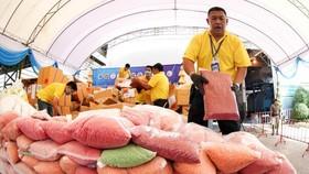上月在泰國大城府,當局舉行銷毒儀式,將一袋袋在執法行動中起獲的冰毒丸子送去銷毀。 (圖源:路透社)