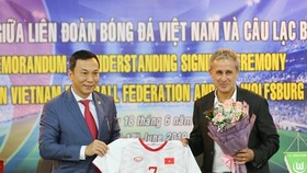 陳國俊副主席(左)向德國Wolfsburg隊大使贈送越南足球隊的衣服。(圖源:互聯網)