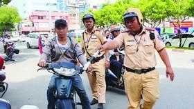 交警檢查騎摩托車不戴安全帽者。(圖源:互聯網)