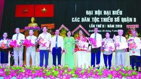 第八郡領導向華人模範頒發獎狀。