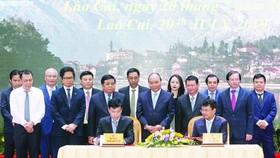 政府總理阮春福(前中)見證老街省人委會與各企業簽署投資協議書。(圖源:Chinhphu.vn)