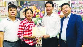 故鄉人道中心代表(左二)向在越投資的中國廣東企業致送感謝書。