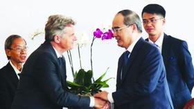 市委書記阮善仁(前右)接見法國全國共產黨書記法比安‧魯賽爾。(圖源:越通社)
