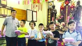 曾文良理事長向優秀小學生頒獎。