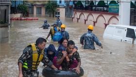 圖為尼泊爾軍方在首都加德滿都救出受困民眾。(圖源:Newscom)