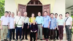 第五郡越南祖國陣線委員會及各華人會館代表與阮氏梅母親合影。