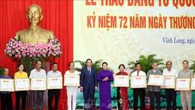 國會主席阮氏金銀向代表頒發祖國記功證書。(圖源:越通社)