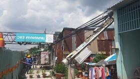 吊塔倒塌壓在民房的鐵皮瓦頂上。(圖源:如仕)