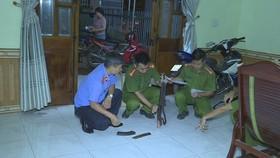 公安力量勘查現場時搜出疑作案的一把AK-47步槍。(圖源:東元)