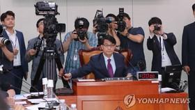 7月22日,在國會,外統委主席尹相現在全體會議上敲槌。 (圖源:韓聯社)