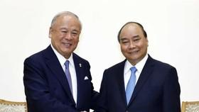 阮春福總理(右)接見日-越友好議員聯盟特別顧問。(圖源:越通社)