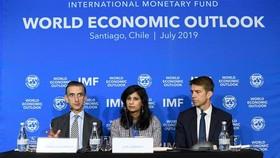 7月23日,在智利首都聖地亞哥,IMF首席經濟學家吉塔·戈皮納特(中)和IMF研究部副主任吉安·馬里亞·米萊西-費雷蒂(左)出席新聞發布會。(圖源:新華社)