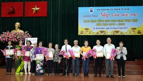 組委會向多個華人單位頒贈感謝狀。