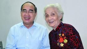 阮善仁同志給越南英雄母親黎氏格贈送禮物。(圖源:互聯網)
