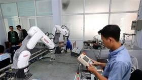 全球創意指數越南躍升3級,排名第四十二位。圖為機械科實習生在SHTP-Training中心進行機器手臂操控實習。(圖源:越通社)