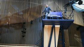 這台大鋼琴(Grand piano)安裝在拉脫維亞新建的一個音樂廳牆上,鋼琴師必須爬上約3樓高的陡峭梯級到一處陽台,才能彈琴。(圖源:互聯網)
